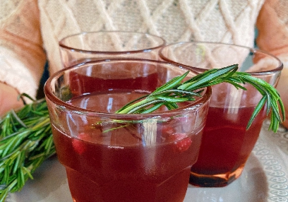 Sparkly echinacea, elderberry and pomegranate mocktail
