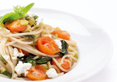 Spelt spaghetti with fresh cheese and cherry tomatoes